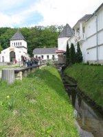 Оборонні укріплення та в'їзна брама монастиря